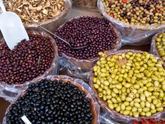 25_mixed-olives-in-market
