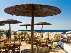 14_Welcoming-beach-cafe-with-straw-parasols.-Samos-Island,-Greece