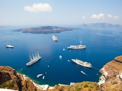 36_Cruise-ships-in-Thira,-Santorini-island,-Greece